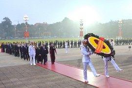 Đại biểu dự Đại hội đại biểu toàn quốc lần thứ XIII của Đảng vào Lăng viếng Chủ tịch Hồ Chí Minh