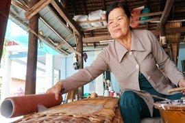 Xóm làm bánh tráng truyền thống gần 100 năm ở Hòa Lợi