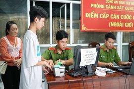 Làm việc xuyên đêm cấp thẻ căn cước gắn chip cho người dân