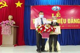 Phó Bí thư Thường trực Tỉnh uỷ trao Huy hiệu Đảng tại xã Chà Là