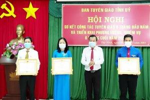 Khen thưởng các tập thể, cá nhân có thành tích xuất sắc trong thực hiện Chỉ thị số 05 của Bộ Chính trị