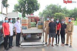 Báo Tây Ninh: Tặng quà hỗ trợ huyện Dương Minh Châu