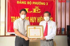Nguyên Trưởng Ban Nội chính Tỉnh uỷ Nguyễn Văn Bênh nhận Huy hiệu 40 năm tuổi Đảng
