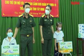 Tặng quà cho trẻ em mồ côi do dịch bệnh Covid-19 trên địa bàn tỉnh