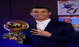 Cristiano Ronaldo khoe ảnh giành Quả bóng vàng 2016