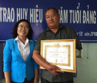 Bí thư Huyện uỷ Châu Thành trao huy hiệu 50 năm tuổi Đảng