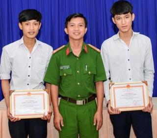Giám đốc CATN khen thưởng cho 2 học sinh dũng cảm