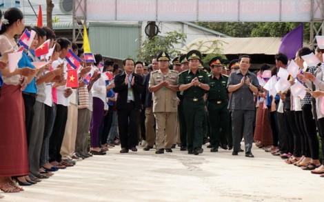 Thắm tình quân-dân biên giới Việt Nam – Campuchia