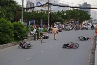 TP.HCM: Ô tô tông 9 xe máy, nhiều người bị thương