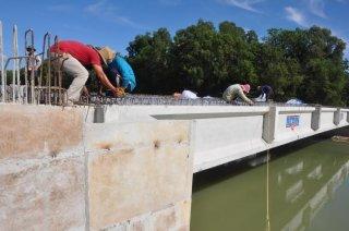 Khẩn trương hoàn thành cầu kênh Đông trước tết Đinh Dậu