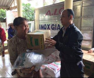 Khám bệnh, tặng quà cho người nghèo vùng biên giới
