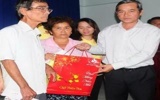 Báo Tây Ninh và Tập đoàn VinGroup tặng quà Tết cho gia đình chính sách và người nghèo