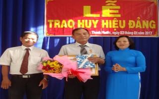 Gò Dầu: Trao Huy hiệu 30 năm tuổi Đảng cho 10 đảng viên