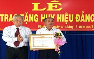 Thành uỷ Tây Ninh: Trao tặng huy hiệu 50 năm tuổi đảng cho đảng viên Phường 2