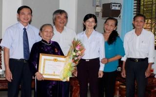 Thành uỷ Tây Ninh: Trao huy hiệu đảng cho các đảng viên lão thành