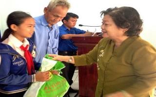 Nguyên Phó Chủ tịch nước Trương Mỹ Hoa trao quà Tết cho hộ nghèo ở Trảng Bàng