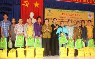 Nguyên Phó Chủ tịch Nước Trương Mỹ Hoa tặng quà tết cho người dân huyện Dương Minh Châu