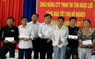 Chủ tịch UBND tỉnh tặng quà tết cho người nghèo