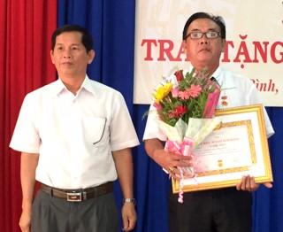 Trao huy hiệu 30, 40 năm tuổi Đảng cho đảng viên ở huyện Châu Thành và Bến Cầu