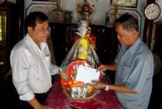Chủ tịch UBND tỉnh thăm, tặng quà cho gia đình chính sách huyện Gò Dầu