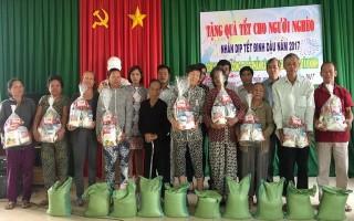 Tặng quà tết cho người nghèo ở huyện Châu Thành