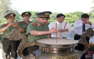 Thứ trưởng Bộ Công an viếng nghĩa trang liệt sĩ CAND