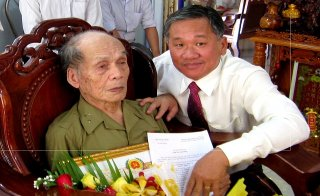 Trao tặng huy hiệu 60 năm tuổi đảng cho đảng viên lão thành