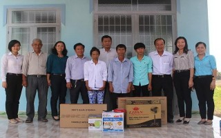 Báo Tây Ninh: Tặng quà cho hộ nghèo ở huyện Châu Thành
