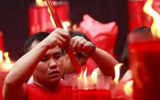 Người dân châu Á nườm nượp đi lễ chùa ngày mùng 1 Tết