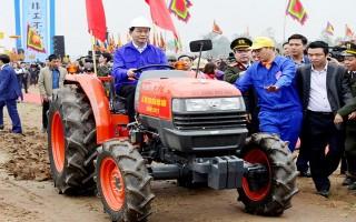 Chủ tịch nước lái máy cày trong lễ hội Tịch điền