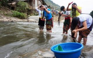Nghệ An: Tục gội đầu của phụ nữ Thái trong dịp đầu Xuân