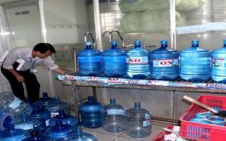 Tiêu huỷ trên 330 bình nước uống đóng chai và 127 kg mứt