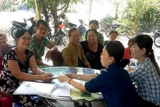 Hội LHPN huyện Dương Minh Châu: Giải ngân cho thành viên Tổ Phụ nữ liên kết đan giỏ bội