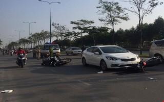 Nữ tài xế lái ô tô tung hàng loạt xe máy