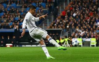 Casemiro vô lê ghi bàn từ 30 m, Real đặt một chân vào tứ kết