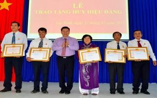 Đảng ủy Khối Doanh nghiệp trao huy hiệu Đảng cho 5 đảng viên