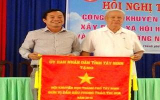 UBND tỉnh: Tặng Cờ đơn vị dẫn đầu phong trào thi đua cho Hội Khuyến học Thành phố