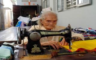 92 tuổi, xin vải vụn may mền tặng người nghèo