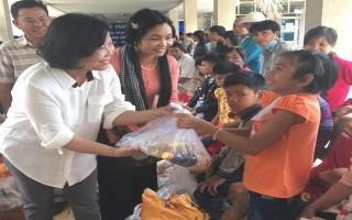 Tặng quà cho trẻ em khuyết tật