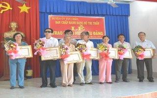 Tân Châu: Trao tặng huy hiệu 30, 45 năm tuổi Đảng