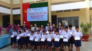 Trao học bổng cho học sinh Thành phố