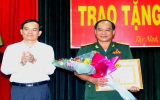 Trao huy hiệu 30 năm tuổi Đảng cho Chính uỷ Bộ CHQS tỉnh
