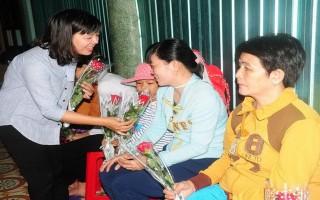 Chi đoàn Báo Tây Ninh: Tặng hoa cho phụ nữ nhân ngày Quốc tế Phụ nữ 8.3