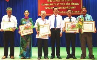 Trưởng ban Nội chính Tỉnh ủy trao huy hiệu Đảng cho đảng viên huyện Trảng Bàng