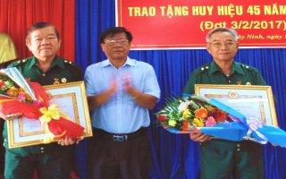 Trao huy hiệu 45 năm tuổi Đảng cho Phó Chủ tịch và nguyên Chủ tịch Hội CCB Tây Ninh