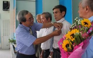 Hòa Thành: Trao huy hiệu Đảng 50, 45 năm tuổi Đảng