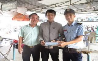 Nhân viên bãi xe BVĐK Tây Ninh trả lại tài sản cho người mất