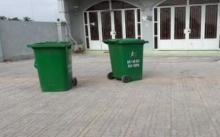 Thùng rác lấn chiếm lòng đường, đặt lung tung trước nhà dân