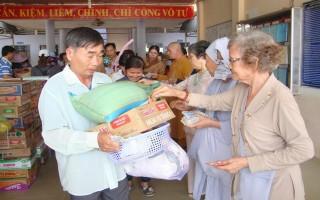 Đoàn từ thiện tỉnh Đồng Nai tặng quà cho người nghèo Tân Châu