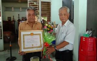 Thành ủy Tây Ninh: Trao tặng huy hiệu Đảng cho đảng viên lão thành